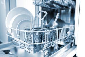 Ausgezogene Spülmaschine mit sauberem Geschirr