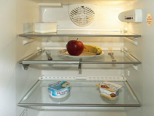 Ein offene Kühlschrank mit wenigen Lebensmittel.