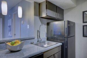 Küche mit einem Kühlschrank der eine Reparatur benötigt