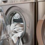Eine Waschmaschine. Die Tür ist geöffnet und mit Wäsche gefüllt