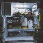 Ein offener und voller Kühlschrank