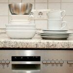 Sauberes Geschirr auf einem gereinigten Geschirrspüler