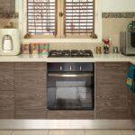 Küche mit Ofen, Mikrowelle und Kochplatten