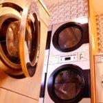 Waschsalon mit mehreren Waschmaschinen-Modellen