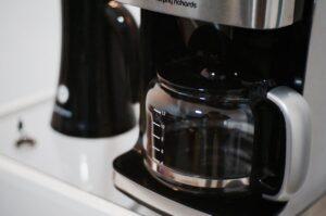 Kaffeekanne in einer Kaffeemaschine