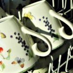 Tassen in einem Geschirrspüler