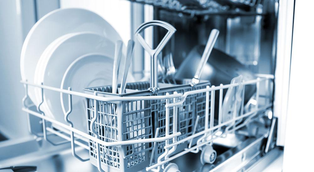 Geöffnete Spülmaschine mit saubere Geschirr